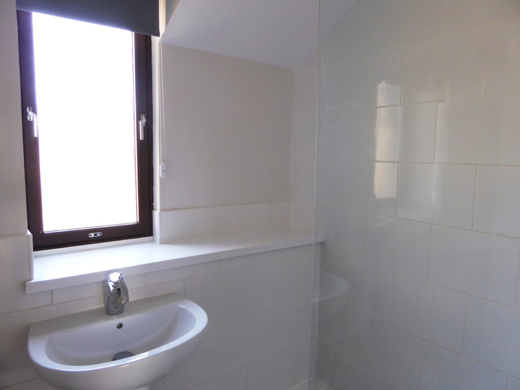 Shower room with large glass fixed screen